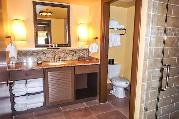 Jambo House Grand Villa guest bedroom bath