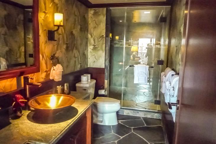 'Ahu 'Ula Presidential Suite half bath
