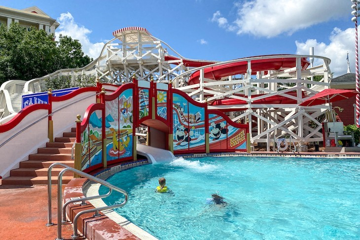 Carnival-themed Luna Park Pool