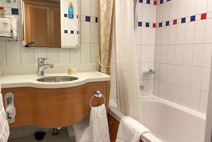 Disney Dream and Fantasy's Deluxe Oceanview Staterooms with Verandah split-bath