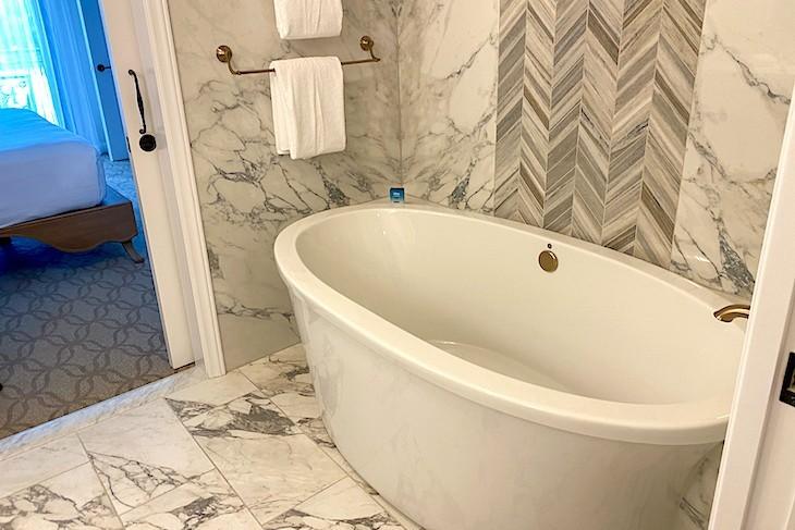 One-bedroom villa whirlpool tub